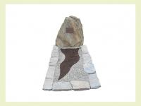 Ruwe steen met tuinperk