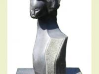 Urnsteen met kunstwerk op vierkant voetstuk
