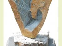 Urnsteen met kunstwerk op ruw voetstuk