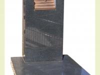 Urnsteen van graniet met bronzen trap